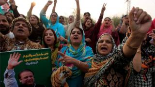 Supporters of the ruling Pakistan Muslim League (Nawaz) (PML-N) chant slogans outside the accountability court where Nawaz Sharif appeared to face corruption charges filed against him, in Islamabad, Pakistan November 3, 2017.