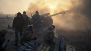 Ukrainian soldiers fire a howitzer close to a frontline in the eastern Donetsk region. Photo: 11 January 2018