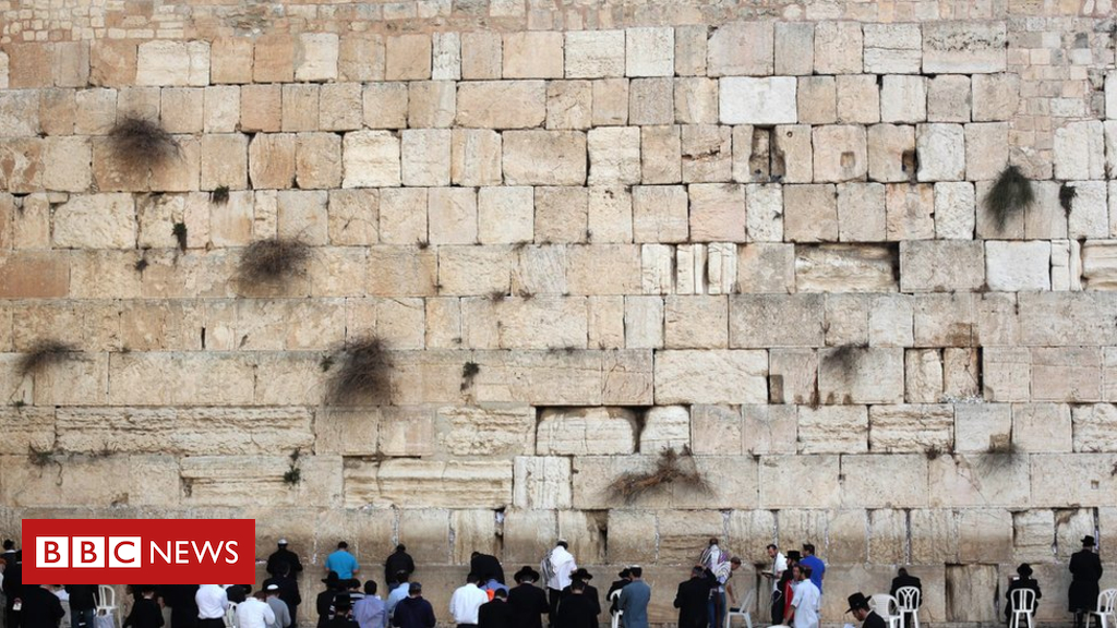 Nude model's Western Wall photograph shoot sparks anger