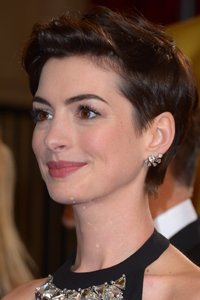 """<center>Anne Hathaway 's gamine haircut is making us extremely envious. We love her messy short 'do."""" /> 23/EIGHTY FIVE </p> <h2>Anne Hathaway 's gamine haircut is making us extraordinarily resentful. We Love her messy quick 'do.</h2> </p> <p> <img width="""