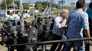 Nicaragua police beat journalists, reviews