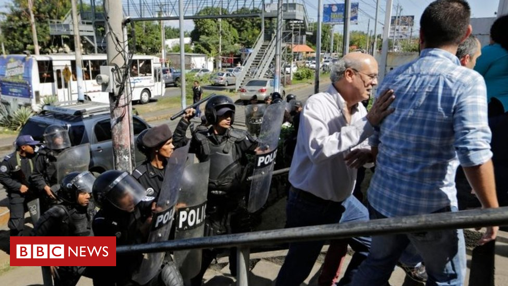 Nicaragua police beat journalists, reviews